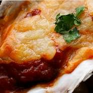 飴色玉葱と牡蠣スープで仕上げたオニオングラタン風の焼き牡蠣です。