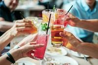 モクテル(MOCKTAIL)はMOCK(偽りの、見せかけの)という言葉とCOCKTAILを組み合わせた造語。つまり、お酒を使わないで作るノンアルコールカクテルです。