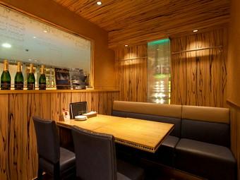 牡蠣とワインを囲んで、ゆっくりとくつろげる空間