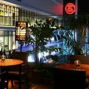 アジアンリゾートをコンセプトとした店内から眺める、ロマンチックな横浜の夜景。異国情緒漂うおしゃれな空間は、日常を忘れさせてくれそうです。
