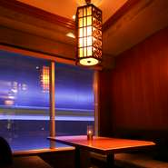 個室の予約も可能。最大6人まで収容できます。プライベートな空間で景色をひとり占め。デートや女子会、打ち合わせなど幅広いシーンで利用できそうです。