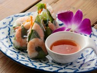 プリップリの海老をたっぷりの野菜と共に。まるで野菜にそのまま齧り付いているかのようなフレッシュさ。スイートチリソースが素材の味を引き立てます。