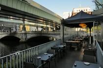 お昼の日本橋を眺めるテラス席。