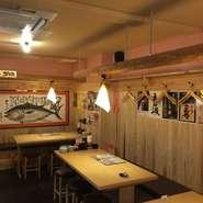 """木の温もりが感じられる店内は、昔懐かしい""""屋台""""の雰囲気で、どことなく落ち着けます。"""