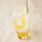 普通のレモンサワー、生レモンサワー、赤いレモンサワー、白いレモンサワー、レモンティーサワー、大吟醸レモンサワー、梅干レモンサワー、凍結レモン氷サワー、<おかわりサワー> 418円~