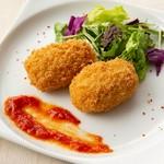 クリームチーズの入った巻物に軽く炙ったサーモン、イクラをのせました。タルタルをお好みで。 6貫:1089円/4貫:759円