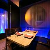蒼い光が幻想的なテーブル席