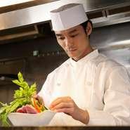 お客様が愉しく料理を召し上がる、その空間を邪魔しないように接客を行います。スタッフは皆、お客様の希望や思いをすぐに察することができるように、細かな気配りを心がけております。