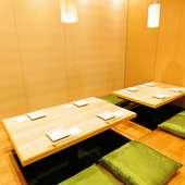 天井は高く開放感を感じられる、団体様も入室可能な和室