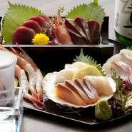 『鮮や刺身六種盛り』では、料理人自らが厳選した季節ごとの旬の魚を、日替わりにてご提供しております。四季の移り変わりを目や舌でお楽しみください。