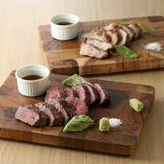 当店の看板メニュー『オーシャンビーフと雪室豚の熟成肉』は、厳選した牛肉、豚肉をじっくり時間をかけ熟成させ、旨みを凝縮させています。