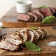 「マンガリッツァ豚」は、ハンガリーの希少品種。その美味しさは「イベリコ豚」に並ぶともされています。甘くとろけるような脂が特徴です。