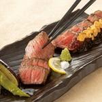 「ヤイトハタ」は、同じハタ科の「クエ」と並ぶ高級魚です。コラーゲンたっぷりで、皮やアラには旨みが深く皮下のゼラチン質と脂分が非常に濃厚な美味しさです。