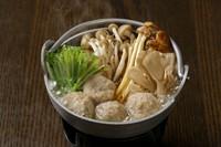きのこから出る旨味で、より深い味わいに仕上げた逸品です。スープがたっぷりしみこんだつくねをお楽しみください。