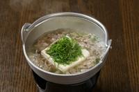 国産の黒毛和牛をふんだんに使い贅沢な肉吸い豆腐に仕上げました。たっぷりの葱と一緒にお召し上がりください。