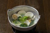 大粒の蛤と生海苔を吟醸酒で蒸し上げました。磯の香漂う逸品です。