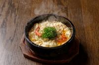 料理長考案の秘伝のレシピ。魚介とマーボーの組み合わせは間違いなし。石焼で熱々の状態でお届けします。