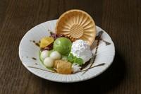 もちもちとした食感の白玉と抹茶アイスにクリームとあんこをトッピング。黒蜜を絡めてお召し上がりください。