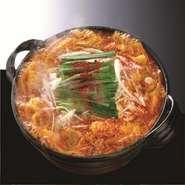 名古屋名物・赤味噌と赤唐辛子が絶妙なハーモニーを奏でるもつ鍋!野菜もたっぷり入っているので、ヘルシー鍋としても人気です 絶妙な甘みと刺激的な辛さがマッチし、奥深い味わいをご堪能いただけます。