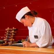 滋賀県琵琶湖産の活鰻。注文が入ってから捌いてくれますので鮮度・味・香り・食感など新鮮ならでは。蒲焼・白焼ハーフ&ハーフや柳川鍋といった、いろいろな調理法で味わえます。