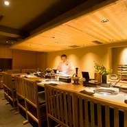 寿司屋をルーツとした上品な白木のカウンター席は、高級感と臨場感があふれる特等席。美しい和牛が目の前に並び、高まる料理への期待に自然と笑みがこぼれます。土日祝日限定のランチ会席やランチ膳も人気。