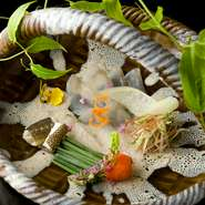 上質な魚介を使用した逸品に出合えるのも、楽しみのひとつ。母体が寿司店だからこそ実現できる、鮮度と質が魅力です。野菜は、野菜ソムリエ・荒川あやこ氏が全国の農園に足を運んで仕入れ。旬の味覚を満喫できます。