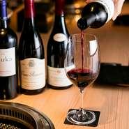 ワインはマネージャー兼ソムリエ・柴田宏史氏が厳選。コスパのよいものから希少な銘柄まで、インポーターからの情報を元に豊富なラインナップを取り揃えています。入手困難な超有名生産者のワインを愉しめることも。