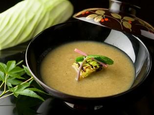 旬の野菜を和風スープ仕立てで供する『本日の野菜のすり流し』