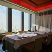 プルセル兄弟が絶大な信頼を置く料理長・鴨田猛が、全国の生産地へ自ら足を運んで見つけてきた良い食材を使って、生産者の想いを料理に込めながら、東京発の「プルセル・キュイジーヌ」を発信しています。
