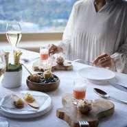 メインダイニングではお台場や東京タワーを眺めながらのお食事を。 BARエリアでは新宿方面の夜景を眺めながらゆっくりと食後のコーヒーや食後酒がお楽しみ頂けるスペースがございます。