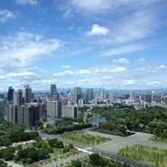 地上153mからは皇居、日本武道館、新宿の高層ビル群、東京タワー、レインボーブリッジにお台場まで。晴れた日には富士山と東京随一の眺望が楽しめ、夜は宝石のような夜景の大パノラマが記憶に残るウエディングに!