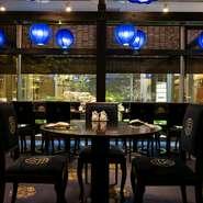 高級感を感じさせるスタイリッシュな空間。店内を見守る、鮮やかな青の照明たちの姿が印象的です。落ち着いた店内の雰囲気はデートの利用にもおすすめです。