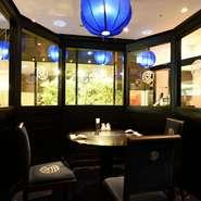 各地で高く評価されている【華都飯店】の中華料理。ゆったり食事と会話を楽しめる半個室も用意可能なことから、接待でも好評。駅直結というアクセスもビジネスの席では魅力的です。