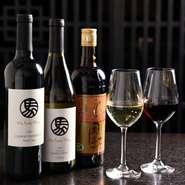 """""""中華に合うワイン""""をコンセプトつくられた、『華都飯店オリジナルワイン』も用意。【華都飯店】の料理を絶妙に引き立ててくれる、カリフォルニア産のワインです。"""