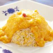 お米1つひとつが立ったパラパラのチャーハンに、黄金色に輝く餡を纏わせた逸品。餡はたっぷりの卵と新鮮な魚介を使用。それぞれが主役足りうる個性的な品を、ひとつの器に纏め上げています。