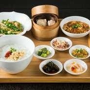 ・粥・季節の薬味5種・豚肉とピーマンの細切り炒め・麻婆豆腐・点心2種