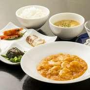 ・前菜・エビのチリソース・ごはん・スープ・デザート