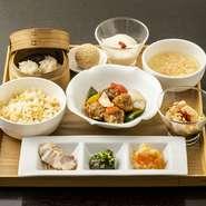 ・一口前菜盛り合わせ・本日のスープ・華都自慢のあれこれ・華都特製炒飯or馬家の麻婆豆腐・本日のデザートとゴマ団子 (写真はイメージです)