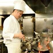 「ただシンプルに、美味しい中華料理をお客さまのもとへお届けし続けたい」。ホールスタッフと連携しながら、1品ひとしなを大切に調理を心がけています。