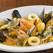 北アフリカ周辺が発祥の、小麦粉をつぶ状にして食べる『クスクス』。シチリア料理にもよく使われている食材。たっぷりの魚介を煮込んで作る、サフランのブイヤベースをかけて食します。