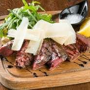 あか牛のもも肉を焼き、パルサミコ酢、スライスしたパルメザンチーズをかけて仕上げます。熊本のあか牛は、赤身部分にしっかり味があるので、肉の味を楽しむ一皿。どんなワインとも相性バツグンです。