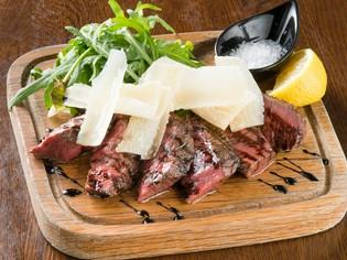 もも肉の赤身をしっかり味わう『熊本あか牛のタリアータ』