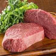 熊本あか牛の肉は、さしの入った脂を楽しむというよりも、うまみが凝縮した赤身を堪能する牛です。肉は柔らかくて、ヘルシー。このお店では、専門の業者と契約し、定期的に仕入れています。