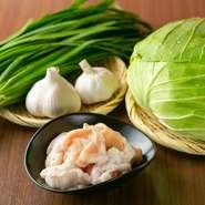 お店で提供する料理の食材は鮮度、味、旬を重視して厳選しています。特にもつ鍋で使用する野菜は、もつの甘みにぴったりあうという理由から、九州で採れたものしか使わないところにも、お店のこだわりがあります。