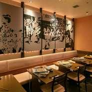 """店内の壁面には、有名な博多のお祭り""""どんたく""""と""""山笠""""をモチーフとした絵が描かれています。もつ鍋や、博多の料理を楽しみながら、有名な博多の祭りの気分も味わえるお店です。"""