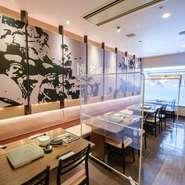 席の間に大型パーテーション設置し、お客様に安心してお食事をして頂けるように取り組んでいます。