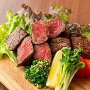 佐賀牛のサーロインに近い部位を、サイコロ状にカットして提供する『佐賀牛サイコロステーキ』。脂が少なく、さっぱりしています。焼いた後は、塩をつけてその上にワサビを少々のせて食べるのがオススメです。