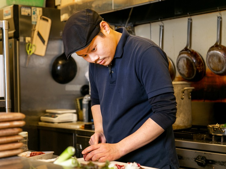 食事のタイミングをオープンキッチンから常に見守り、料理を提供
