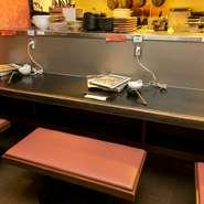 個室はなく店内は開放的です。だからおひとり様でも気軽に入りやすいです。特にカウンター席は、一人でもつ鍋を楽しむお客様が、居心地いい空間になるよう雰囲気づくりに心がけています。