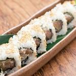 燻製した「たくあん」と鮪を巻いたおつまみ感覚のお寿司。
